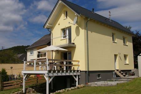 Casa de vacaciones independiente en Stipshausen con jardín