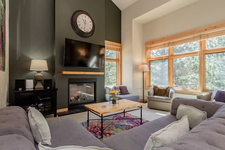 Elegant Ski Townhome with Mountain Views and Hot Tub Access