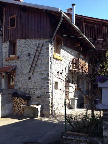 Chambre Cosy dans grange savoyarde - Villarlurin - House