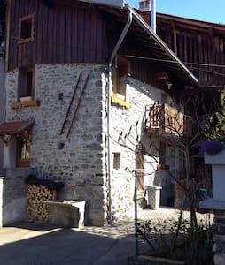 Chambre Cosy dans grange savoyarde - Villarlurin