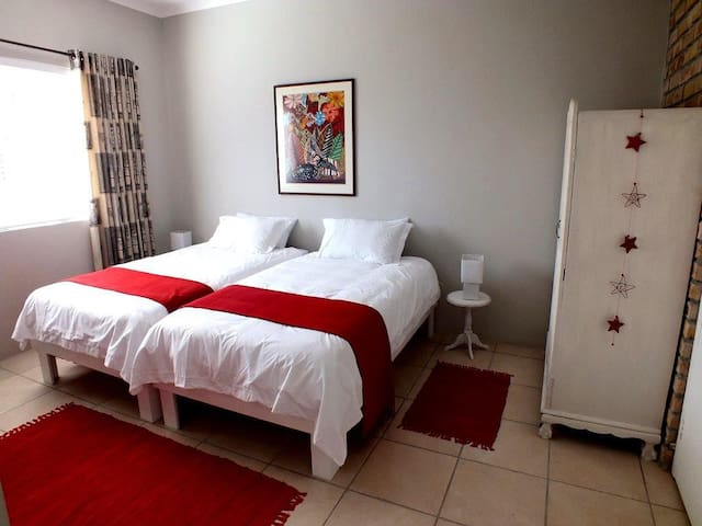 Our Nest - red room - Kleinmond - Apartment