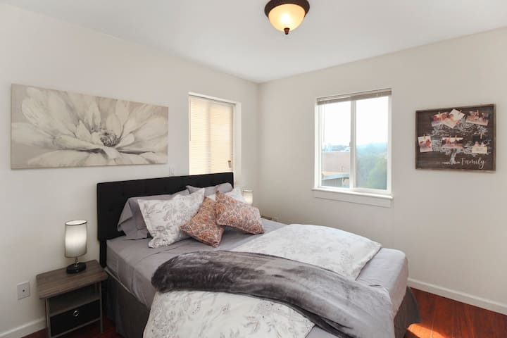 c-** Easy Commutes ** Cozy Private Master Suite