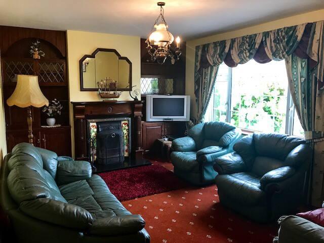 Living Room (Seats 8 ppl)