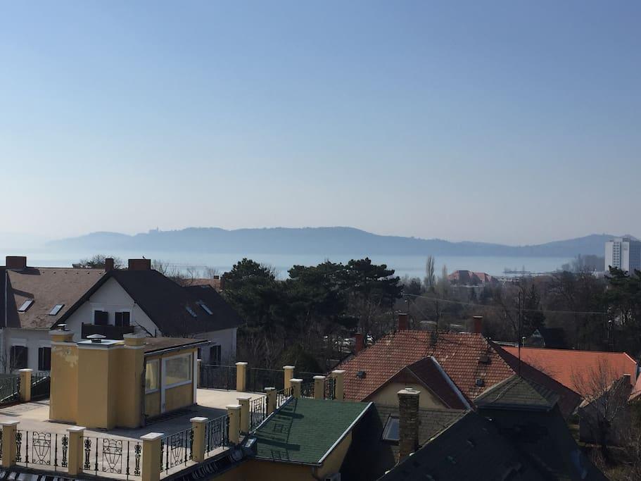 Kilátás az ablakból a Tihanyi-félszigetre.