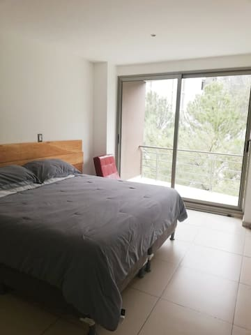 Habitación con baño privado en apartamento moderno