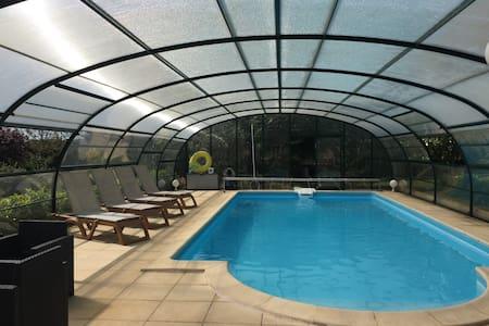 Maison avec clim piscine chauffée jaccuzzi ss dôme - Hautefort - 独立屋