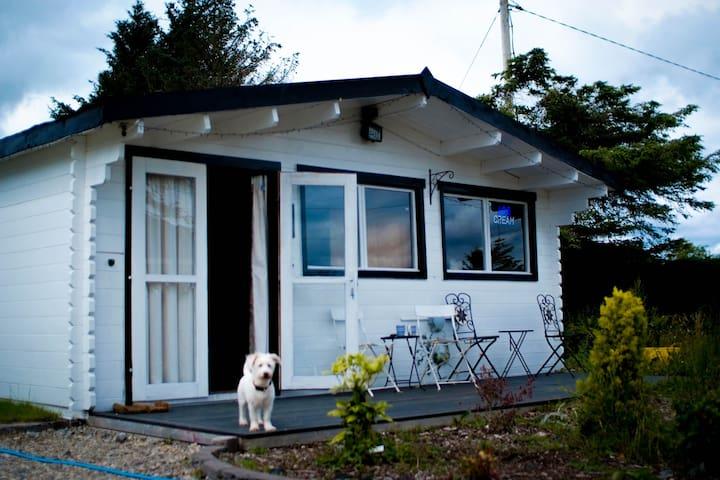 Boutique Log Cabin+BYO Pub+Pets OK+HOT TUB