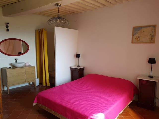 Chambre 1 avec SDB 1 - Bedroom 1 with bathroom 1