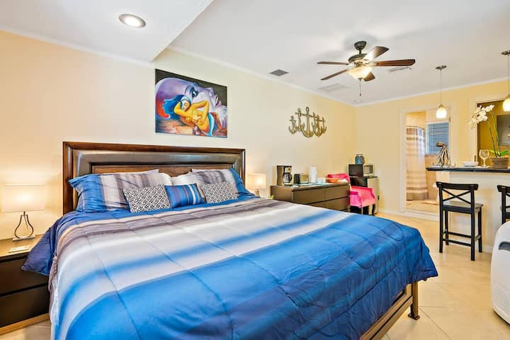 GUEST SUITE TROPICANA (DIGSIFY) | PRIVATE ENTRANCE | KING BED | SELF CHECK-IN | FREE PARKING | NEAR PGA | BEACHES | ROGER DEAN STADIUM | FITTEAM BALLPARK