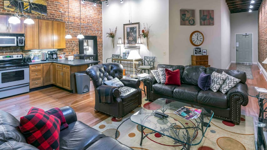 Bordertown LOFT 2BR Lux King Bed Downtown-Stylish