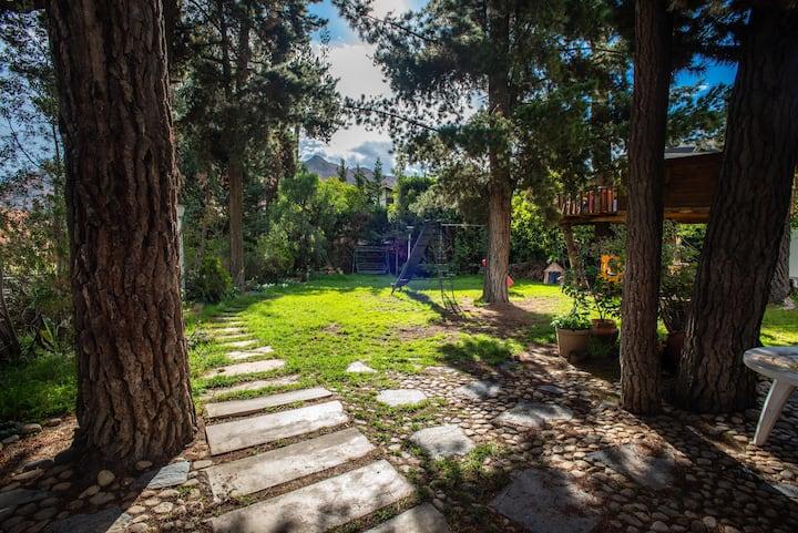 Cuarto  independiente en semisótano , bello jardín