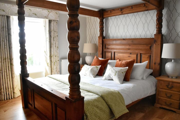 Four poster room w/ ensuite shower- 4* country B&B