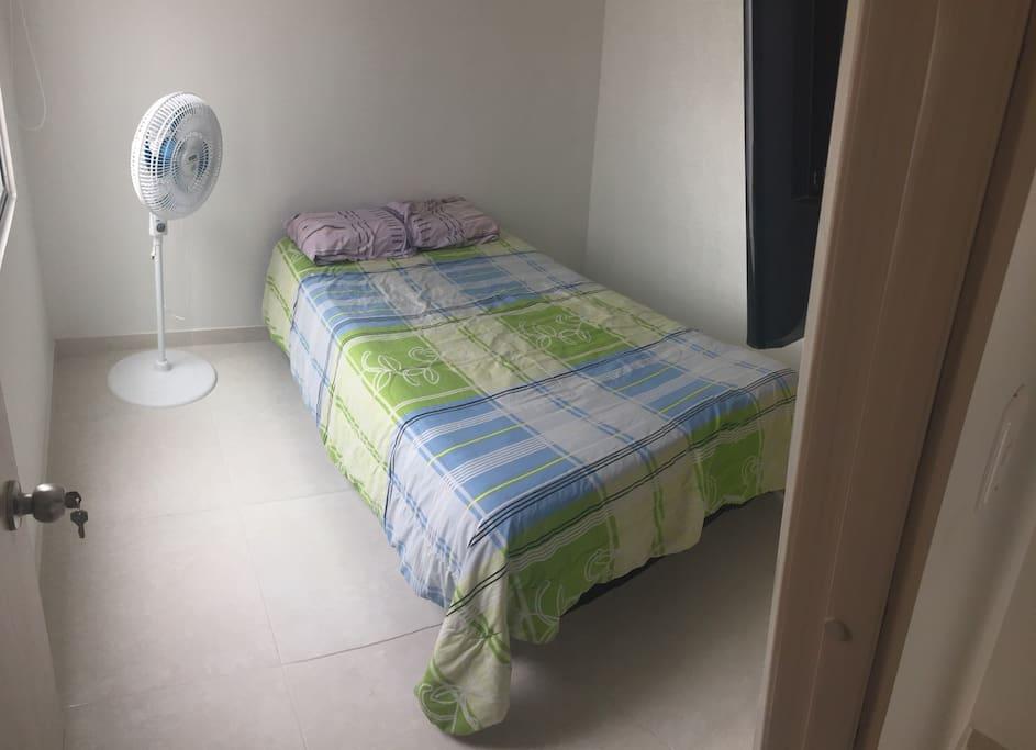 Alcoba con cama semidoble, muy fresca en la última planta de la casa.