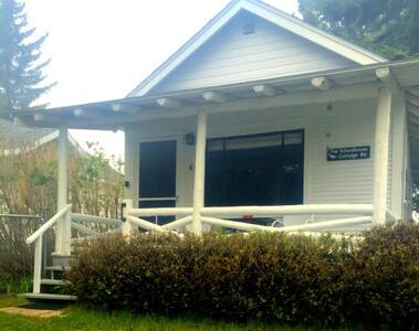 SCHOOLHOUSE COTTAGE (EAGLE HARBOR): Walk to Lake Superior!