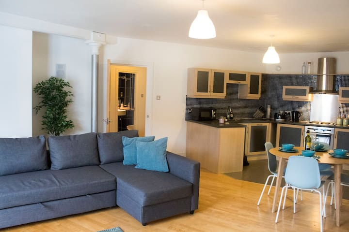 City Centre Apartment with Parking and Gym