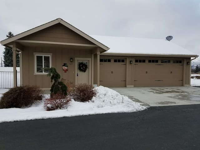 Newer guesthouse - private w/ mountain views - East Wenatchee