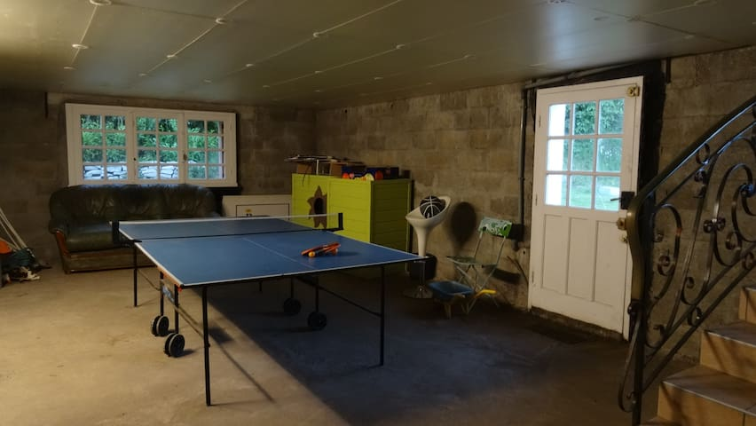Au sous-sol table de ping pong