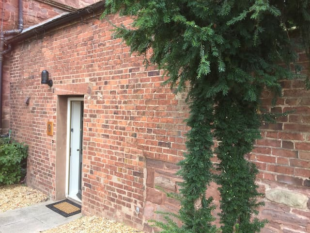 Cute cottage for 1 or 2 in historic Shrewsbury.