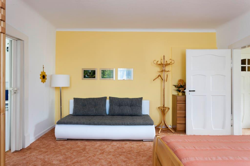 Schlafzimmer. Couch kann zusätzlich genutzt werden!
