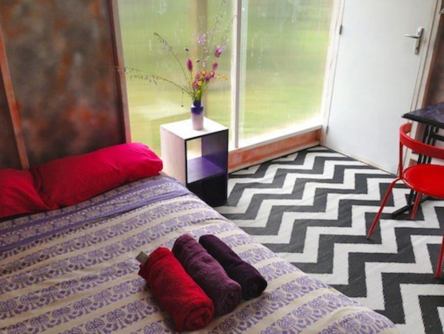 Autre point de vue de l'intérieur du bungalow : literie, serviettes de toilette ...
