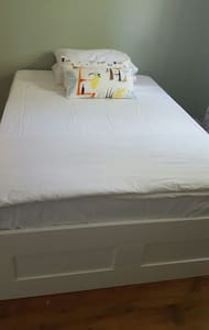 Nice bedroom in a calm building - Montréal - Leilighet