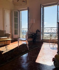 Light and airy flat facing the sea at la Joliette