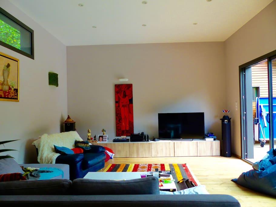 Salon dans l'extension - système son bluetooth, TV, canapé en L