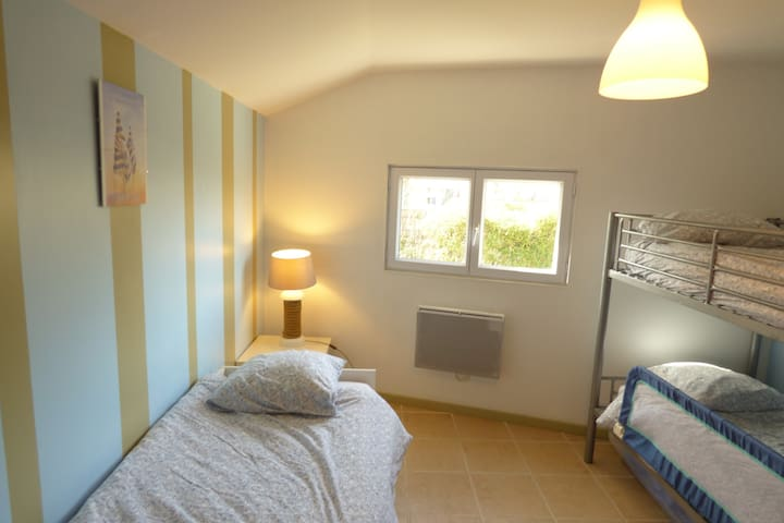 2ème chambre avec 1 lit superposé + 1 lit gigogne. linge de lit inclus
