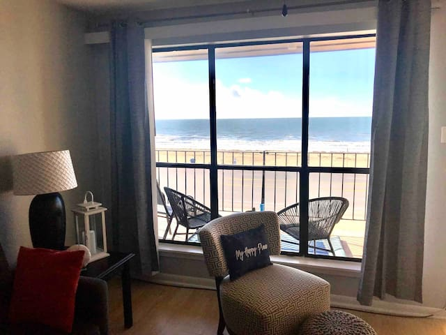 BEACHFRONT+POOL+GYM 2bed/2bath  What time is it?⏰