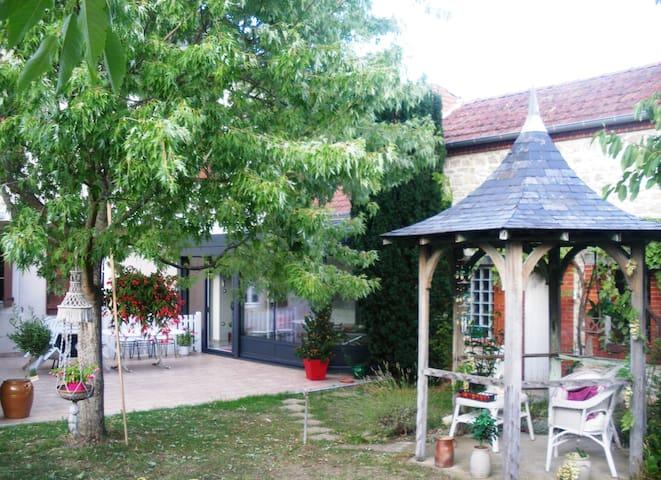 Jadis... sous la gloriette - chambre romantique - Sancoins - Gjestehus