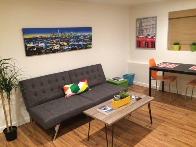 Hip, Modern West LA Guest Studio - Pets Welcome!