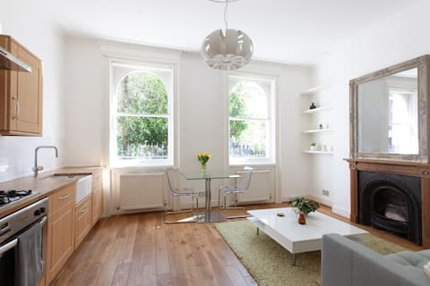 Bright & Beautiful Victorian flat in Garden Square