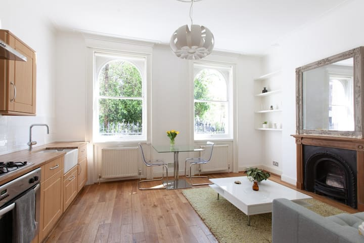 Bright & Beautiful Victorian flat in Garden Square