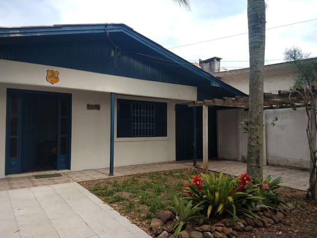 Casa com área verde, próxima do mar e do centro
