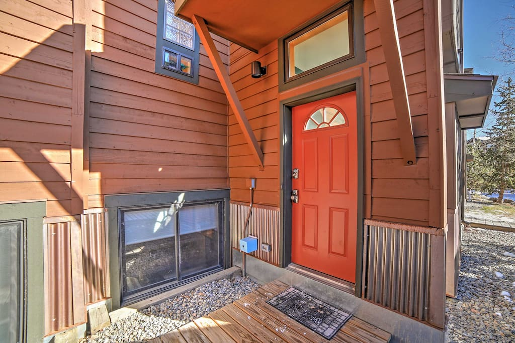 Great location! Walking distance to Lake Dillon and a short drive to many major ski resorts.