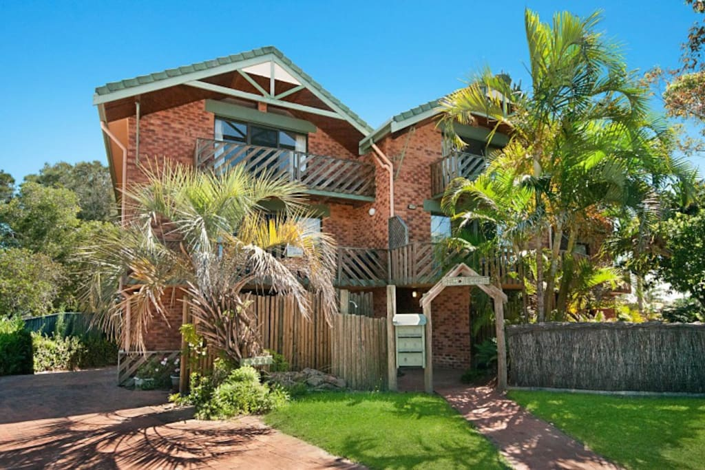 Self-contained 3 level apartment 100 metres from Main Beach