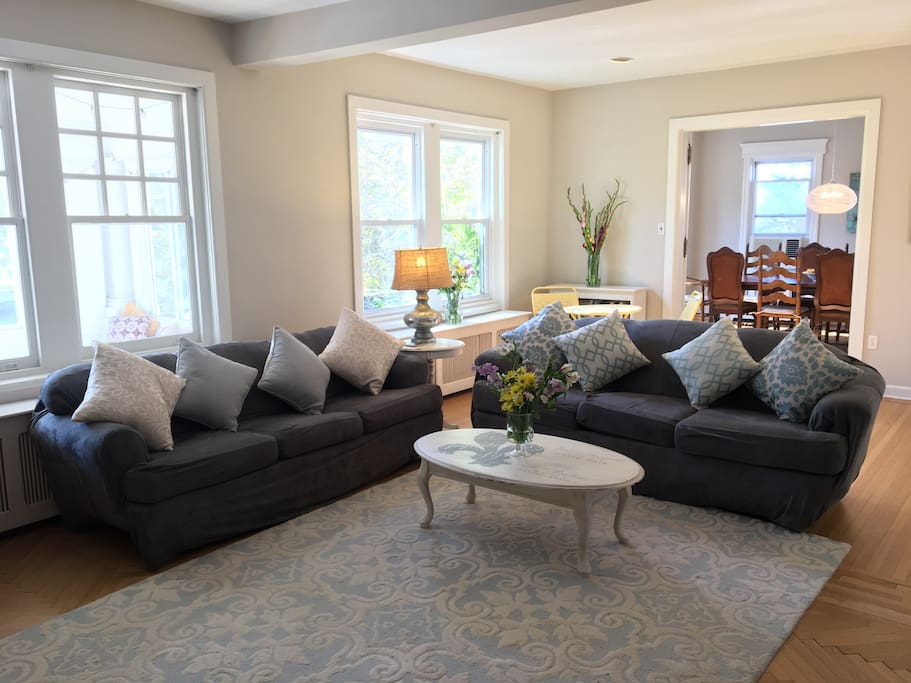 Large & airy living room area. Open to kitchen & dining area.