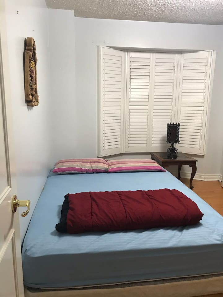 Queen Bed provided. If you require extra single mattresses, please let me know before your check in and I will gladly provide.