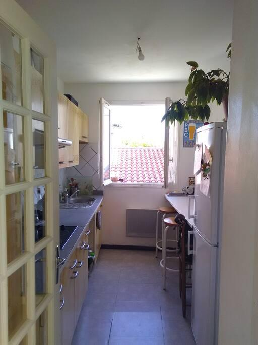 Autre vue de la cuisine depuis le hall..l'entrée du salon / chambre est à droite