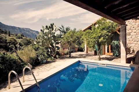 Casa amb piscina i magnífiques vistes a la muntanya.