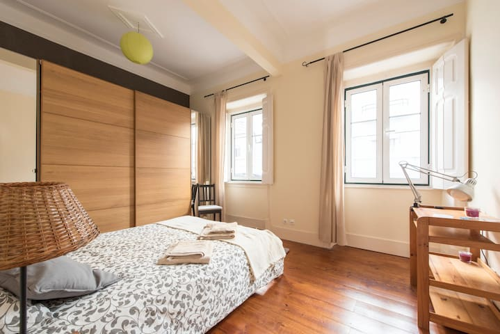 Room in charming Lisbon style flat with backyard - Lisboa - Apartament