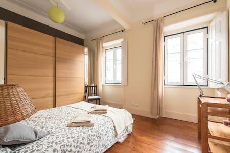 Room in charming Lisbon style flat with backyard - Lisboa