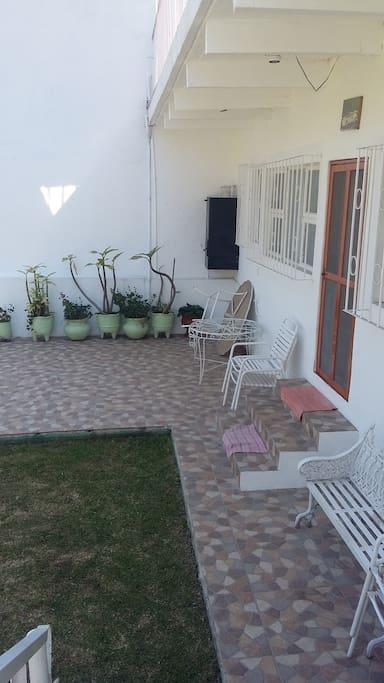 Fachada de bungalow más terraza