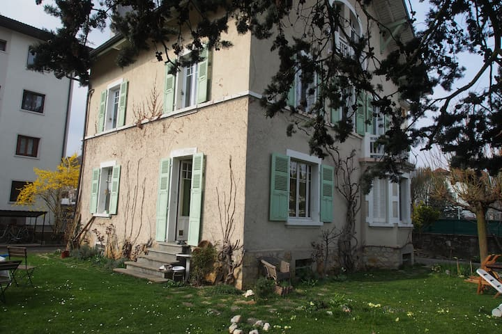Chambre 25m dans maison avec jardin maisons louer for Annecy maison a louer