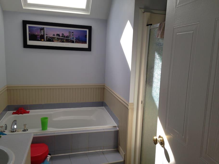 Salle de bain complète avec bain et douche séparés / Full bathroom with separate bath and shower