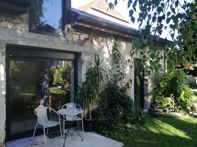 Petite maison de charme au coeur d'un jardin - Cramans - Vacation home
