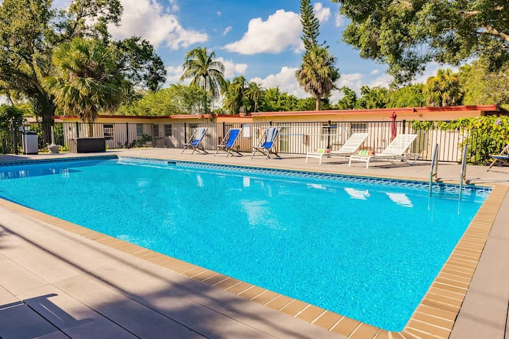 #4⭐Sleeps 7 / Pool / Close to Freeways and Airport