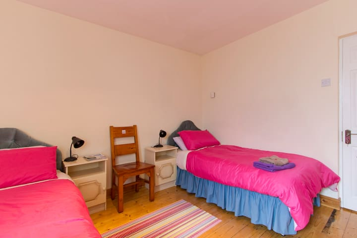 2 s/beds, 1st floor, bathroom next door, WiFi - Castlebar - House