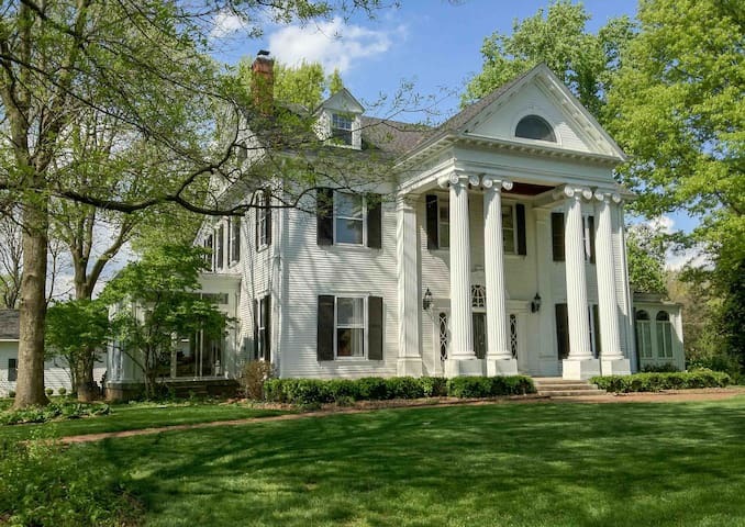 Derby in Historic McFerran Mansion - Ballard Suite - Louisville - House