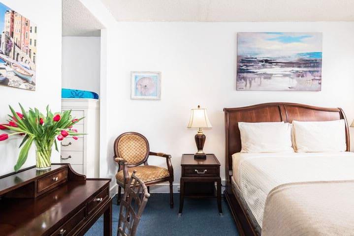 1 bedroom condo escape @ Historic Palm Beach Hotel